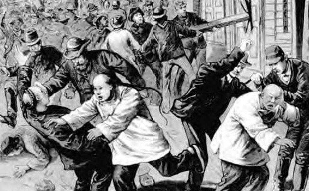 Thảm án rùng rợn ở Mỹ: 500 người tràn vào phố người Hoa, vây ráp 17 người Trung Quốc rồi lê xác đi treo cổ giữa phố