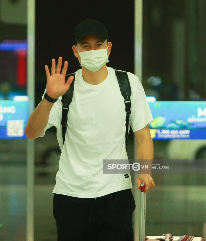 Văn Lâm hội ngộ cầu thủ Australia ở sân bay Nội Bài, cùng trở lại Nhật Bản thi đấu - Ảnh 1.