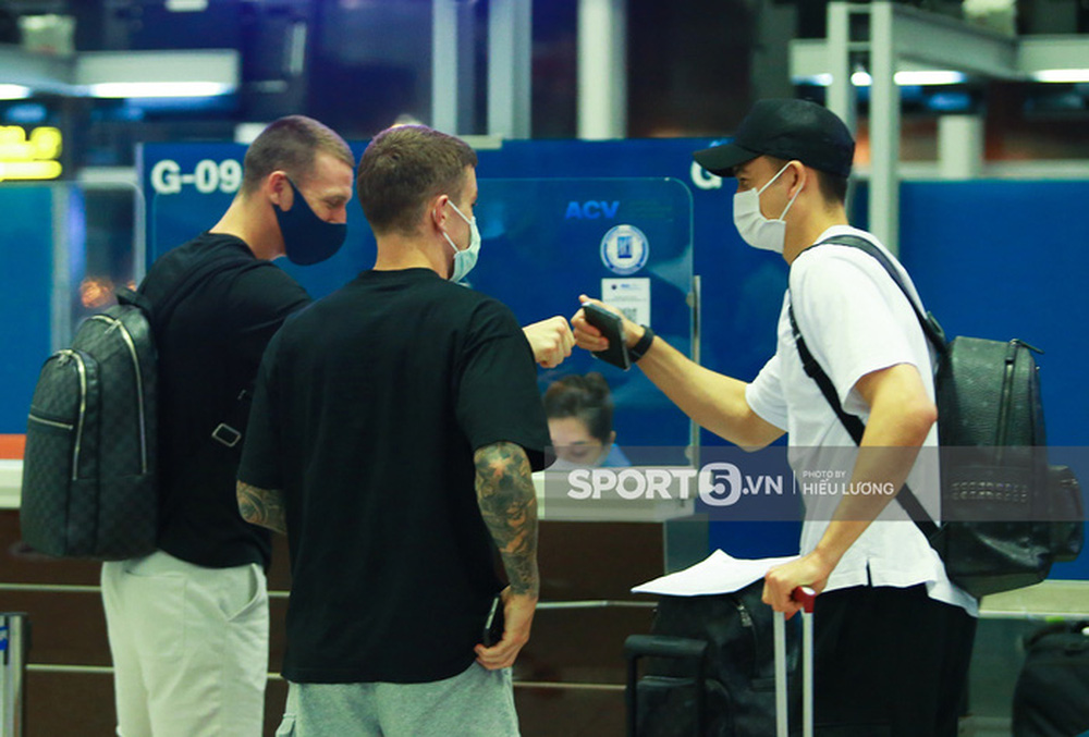 Văn Lâm hội ngộ cầu thủ Australia ở sân bay Nội Bài, cùng trở lại Nhật Bản thi đấu - Ảnh 2.