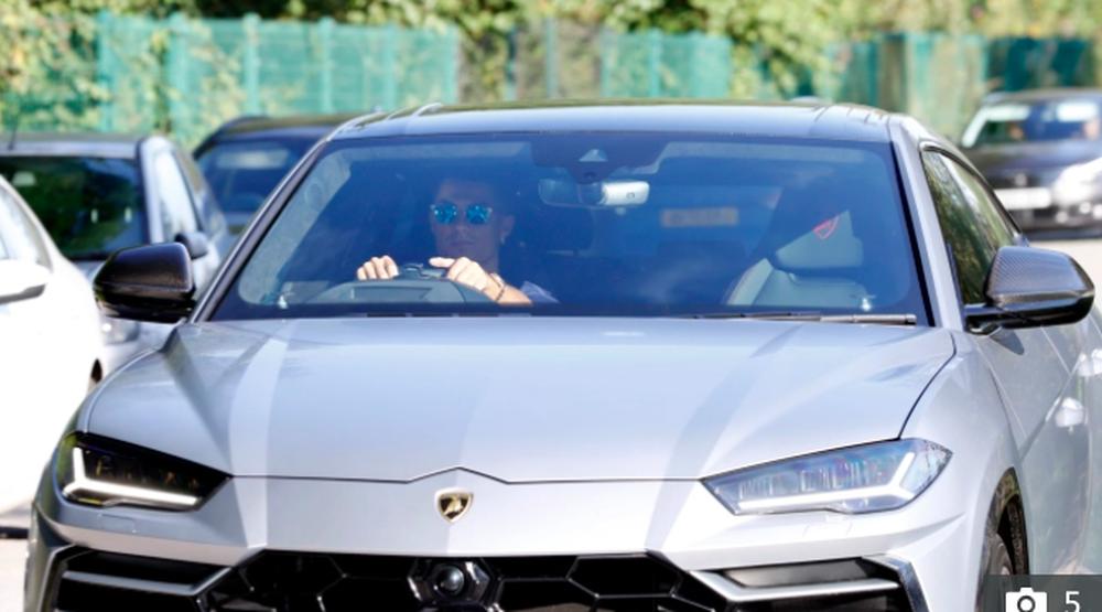 Fan MU đuổi theo siêu xe 20 tỷ đồng của Ronaldo - Ảnh 2.