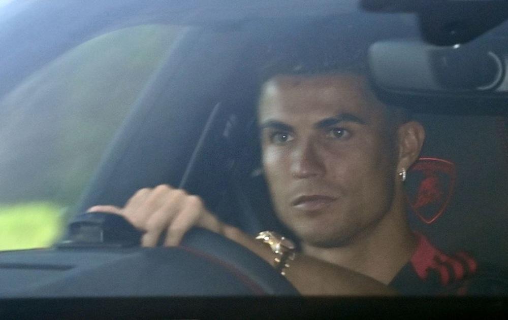 Fan MU đuổi theo siêu xe 20 tỷ đồng của Ronaldo - Ảnh 4.