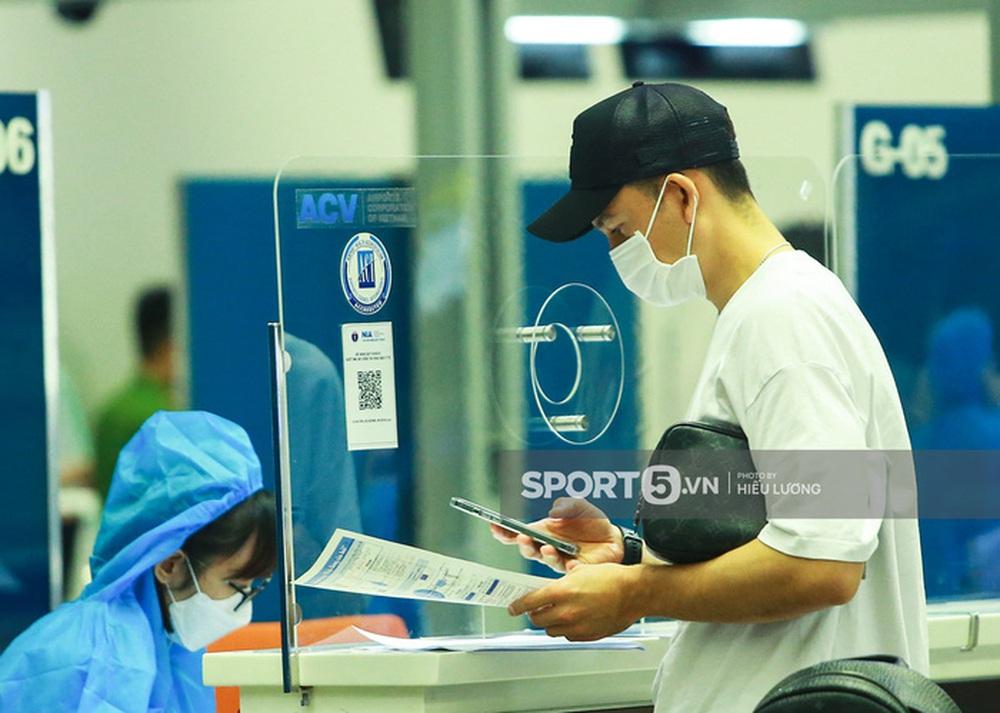 Văn Lâm hội ngộ cầu thủ Australia ở sân bay Nội Bài, cùng trở lại Nhật Bản thi đấu - Ảnh 5.