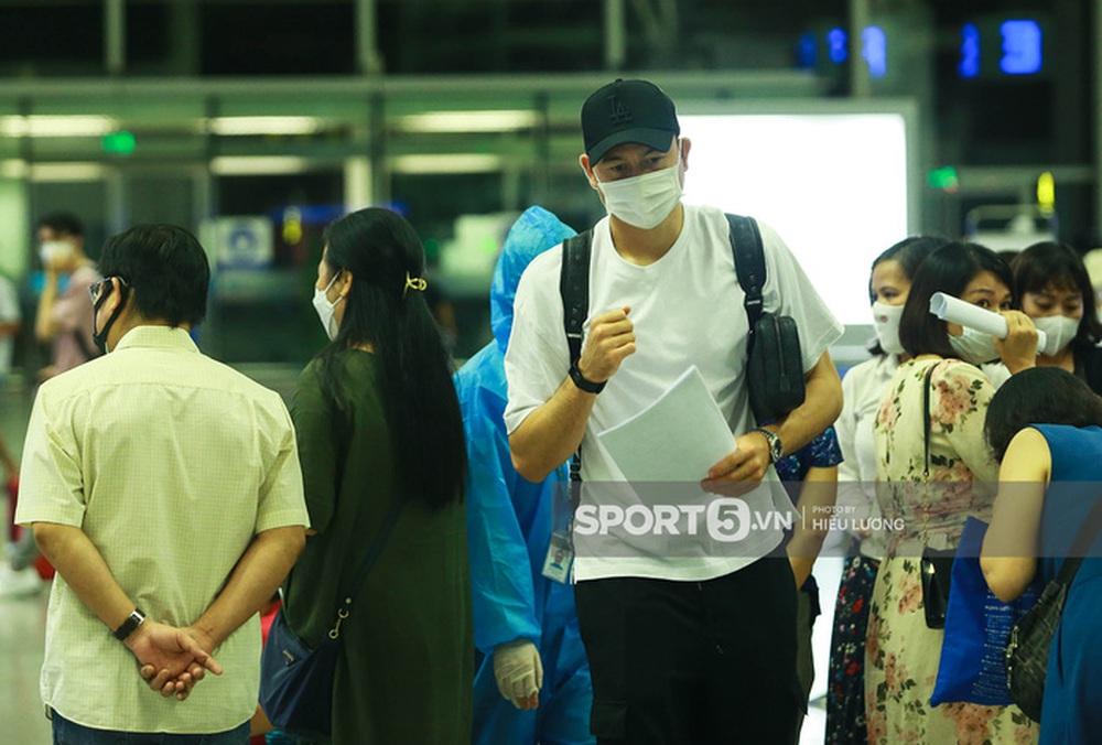 Văn Lâm hội ngộ cầu thủ Australia ở sân bay Nội Bài, cùng trở lại Nhật Bản thi đấu - Ảnh 6.