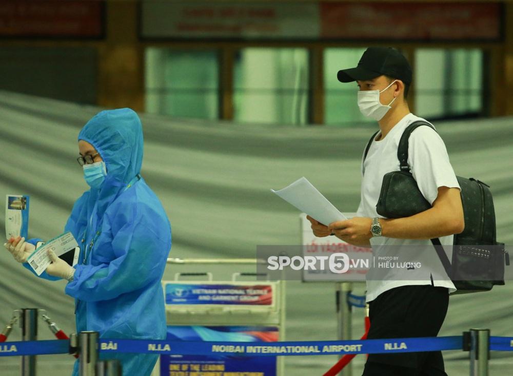 Văn Lâm hội ngộ cầu thủ Australia ở sân bay Nội Bài, cùng trở lại Nhật Bản thi đấu - Ảnh 7.