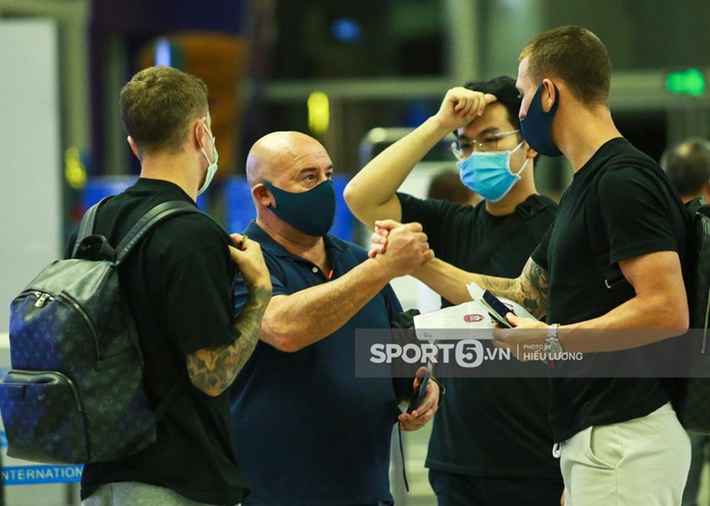 Văn Lâm hội ngộ cầu thủ Australia ở sân bay Nội Bài, cùng trở lại Nhật Bản thi đấu - Ảnh 9.