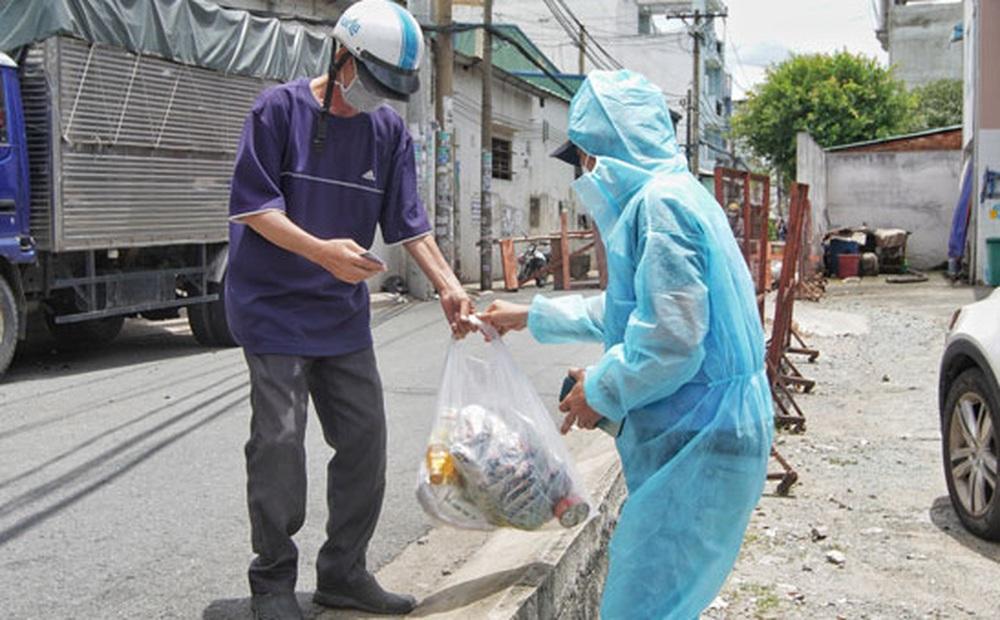 TP.HCM: Dân phản ánh được phát 15kg gạo nhưng phải ký nhận 1,5 triệu, chính quyền nói gì?
