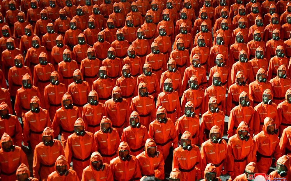 """Đội duyệt binh màu cam của """"quốc gia sạch Covid nhất thế giới"""" thu hút sự chú ý mạnh: Gió đã đảo chiều?"""