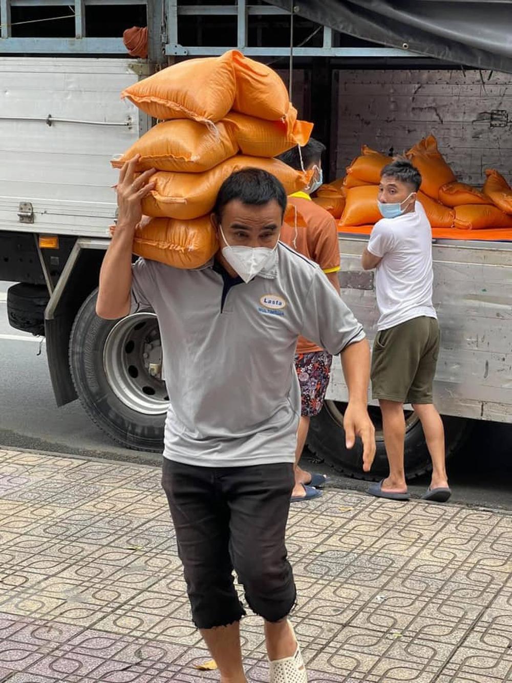 Quyền Linh: Đi từ thiện phải ngủ trên xe, xin ngủ ở chùa không dám về nhà tiếp xúc vợ con - Ảnh 4.