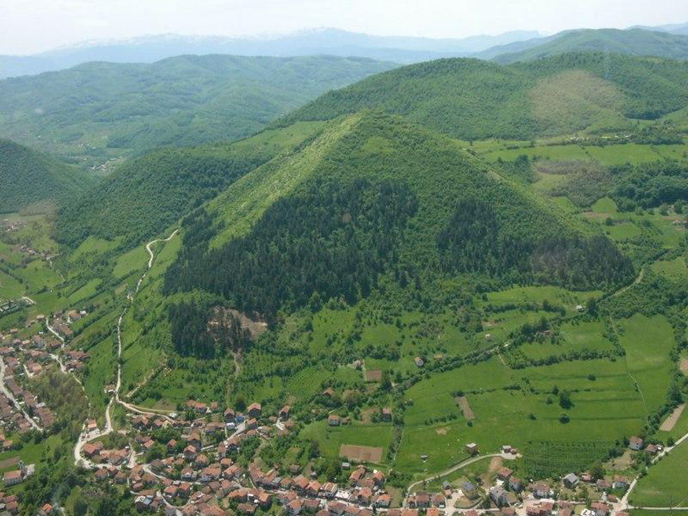 Phát hiện thung lũng kim tự tháp khổng lồ ở Bosnia - Ảnh 2.