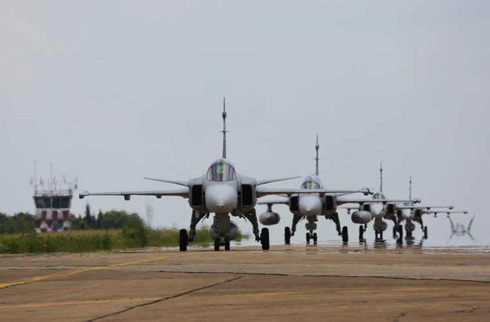 Màn trình diễn Voi đi bộ hoành tráng của Không quân Việt Nam - Ảnh 2.