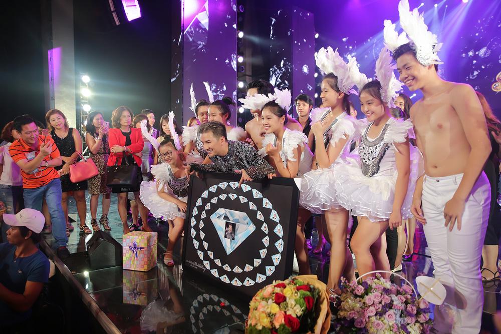 Sinh nhật hoành tráng ngay trên sân khấu Đàm Vĩnh Hưng - Ảnh 10.
