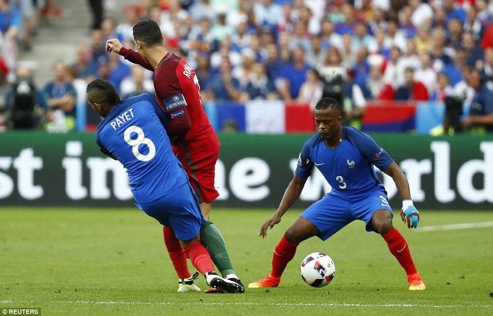 Ronaldo: Khóc lóc rời sân rồi cực yêu khi cướp quyền chỉ đạo - Ảnh 3.