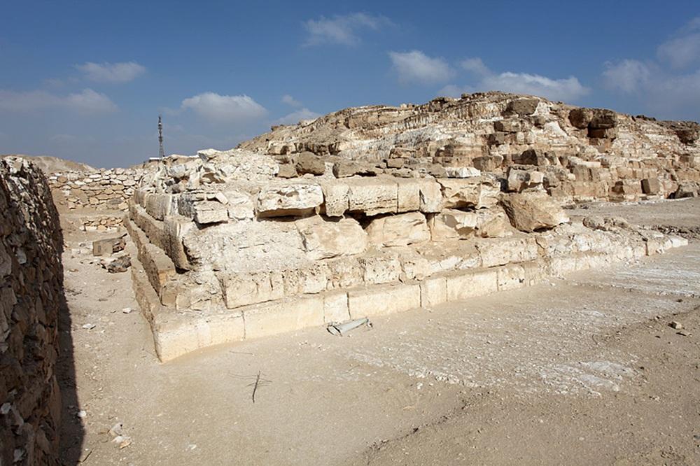 Bất ngờ với phát hiện kim tự tháp bị nổ mất chóp  ở Ai Cập - Ảnh 1.