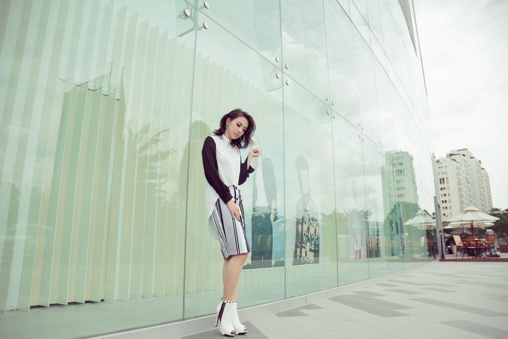 Miko Lan Trinh khoe eo thon, chân nuột nà trên phố - Ảnh 7.