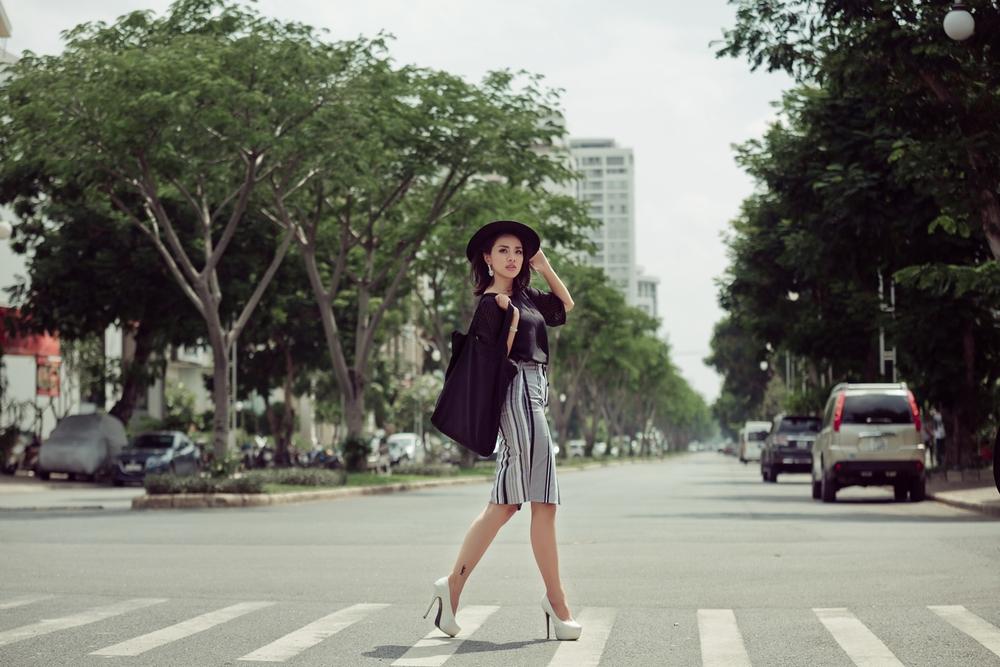 Miko Lan Trinh khoe eo thon, chân nuột nà trên phố - Ảnh 10.