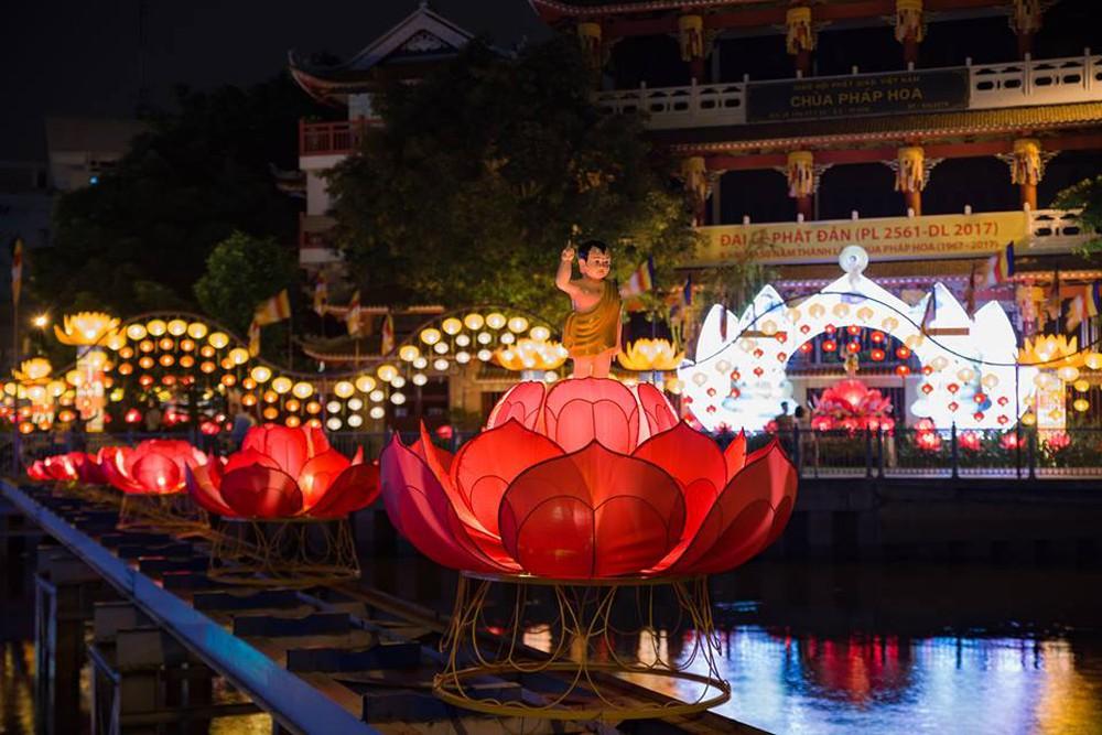 Sài Gòn rực rỡ mừng Đại lễ Phật Đản 2017 - Ảnh 2.