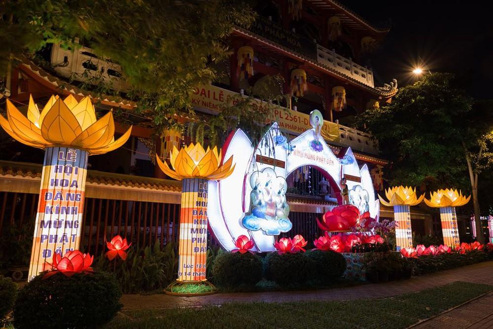 Sài Gòn rực rỡ mừng Đại lễ Phật Đản 2017 - Ảnh 3.