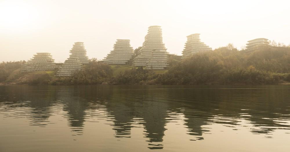 Độc đáo kiến trúc của ngôi làng trong núi - Ảnh 1.