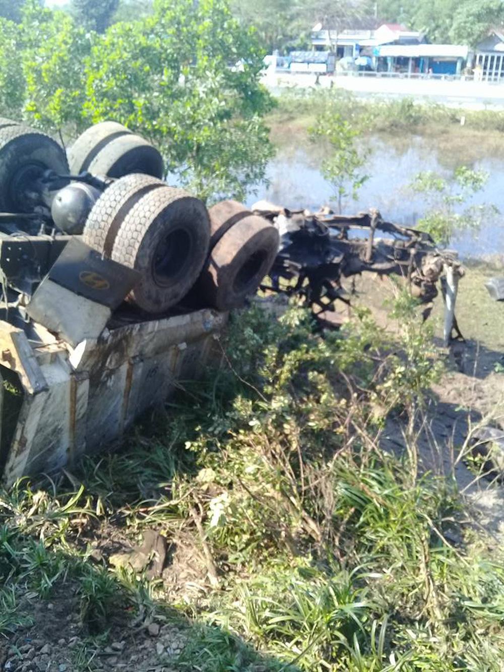 Thừa Thiên Huế: Tàu hoả đâm xe tải, lật khỏi đường ray, 3 người chết tại chỗ - Ảnh 2.