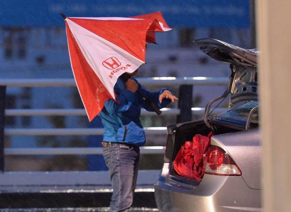 Bão số 12: Sân bay Đà Nẵng mưa to, gió lớn, hành khách co ro vì lạnh - Ảnh 2.