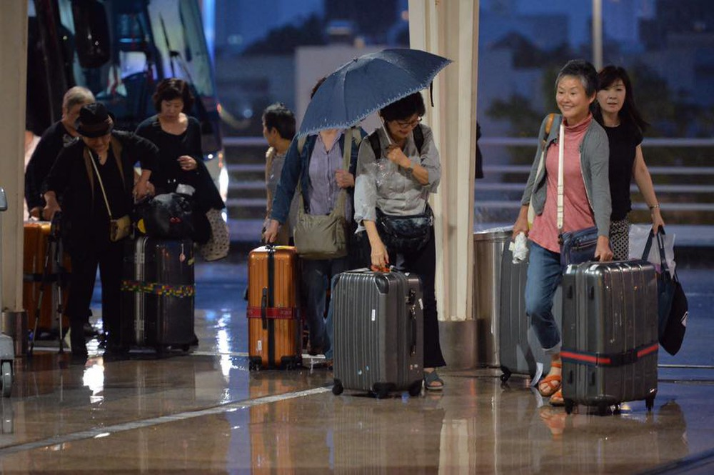 Bão số 12: Sân bay Đà Nẵng mưa to, gió lớn, hành khách co ro vì lạnh - Ảnh 4.