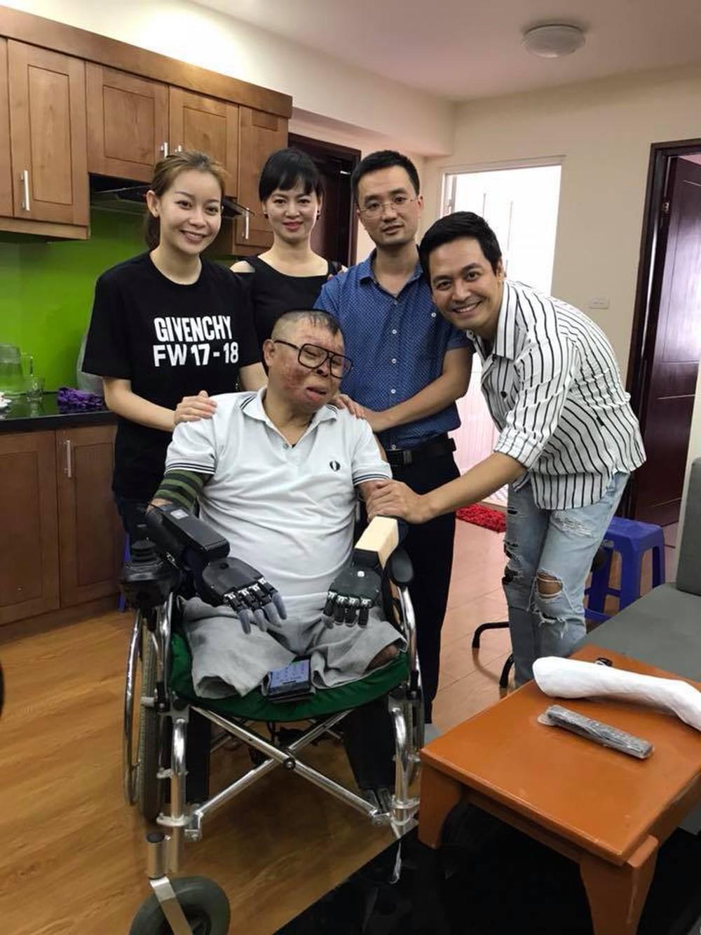 Chiến sỹ sống sót duy nhất sau vụ rơi máy bay ở Hòa Lạc nhận tay giả từ MC Phan Anh - Ảnh 1.
