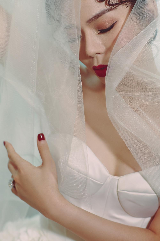 Ca sĩ Lệ Quyên xinh đẹp và sexy trong trang phục váy cưới - Ảnh 1.