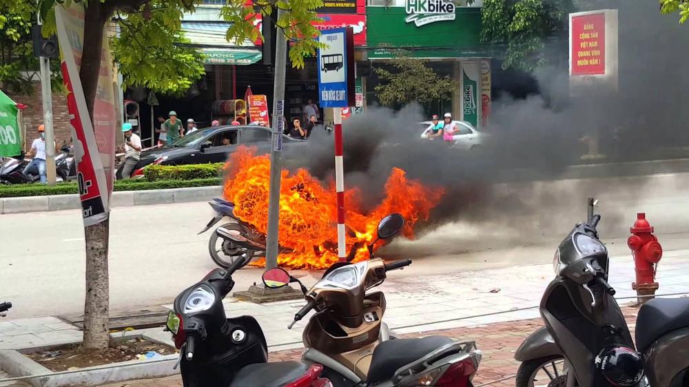 Kỹ năng thoát hiểm: Phải làm gì khi đang đi đột nhiên xe máy bốc cháy dữ dội? - Ảnh 2.