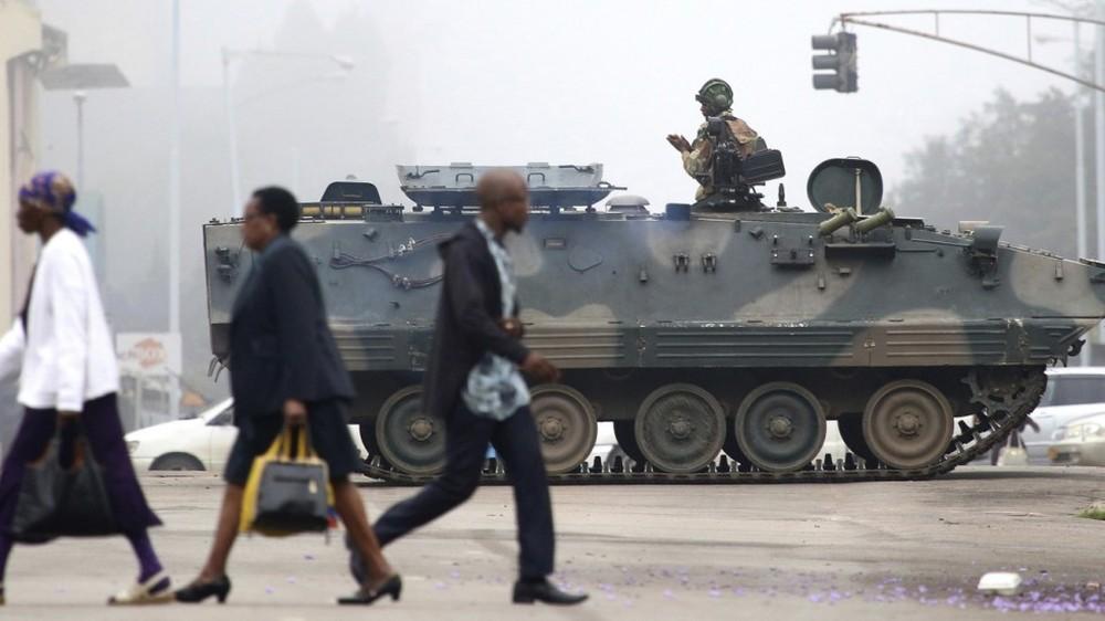 Tư lệnh Zimbabwe đến Trung Quốc 7 ngày trước vụ hạ bệ tổng thống Mugabe để làm gì? - Ảnh 1.
