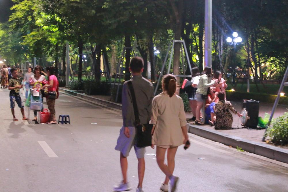 Nhiệt độ Hà Nội đột ngột giảm mạnh, người dân mặc áo ấm ra đường - Ảnh 12.