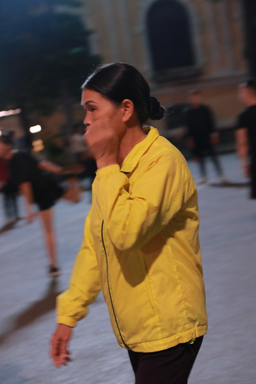 Nhiệt độ Hà Nội đột ngột giảm mạnh, người dân mặc áo ấm ra đường - Ảnh 6.