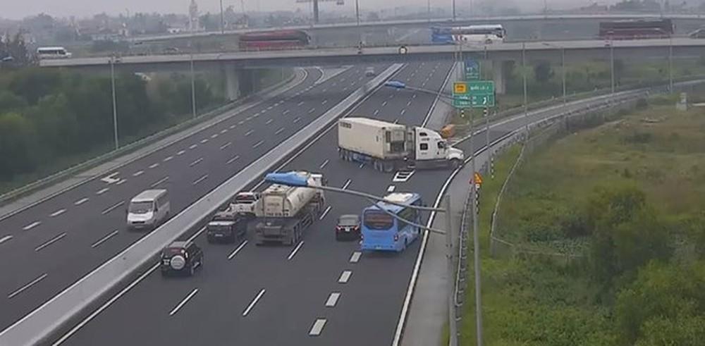 Cấm vĩnh viễn lái xe cố tình đi lùi, ngược chiều trên cao tốc - Ảnh 2.