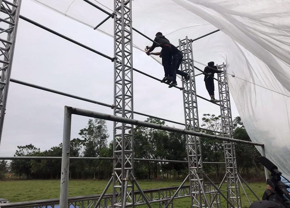 Lắp màn hình LED rộng 40m2 gần nhà Quang Hải phục vụ người dân xem bóng đá - Ảnh 5.