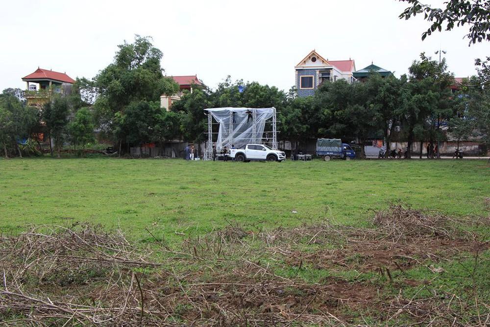 Lắp màn hình LED rộng 40m2 gần nhà Quang Hải phục vụ người dân xem bóng đá - Ảnh 2.