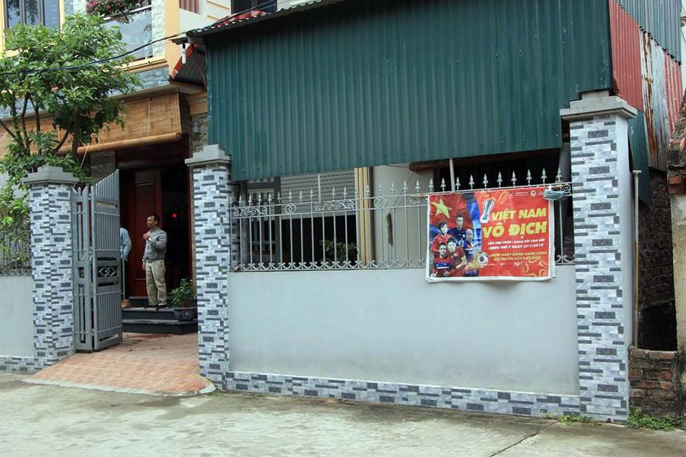 Lắp màn hình LED rộng 40m2 gần nhà Quang Hải phục vụ người dân xem bóng đá - Ảnh 10.