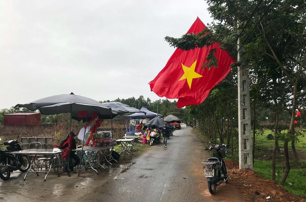 Lắp màn hình LED rộng 40m2 gần nhà Quang Hải phục vụ người dân xem bóng đá - Ảnh 12.