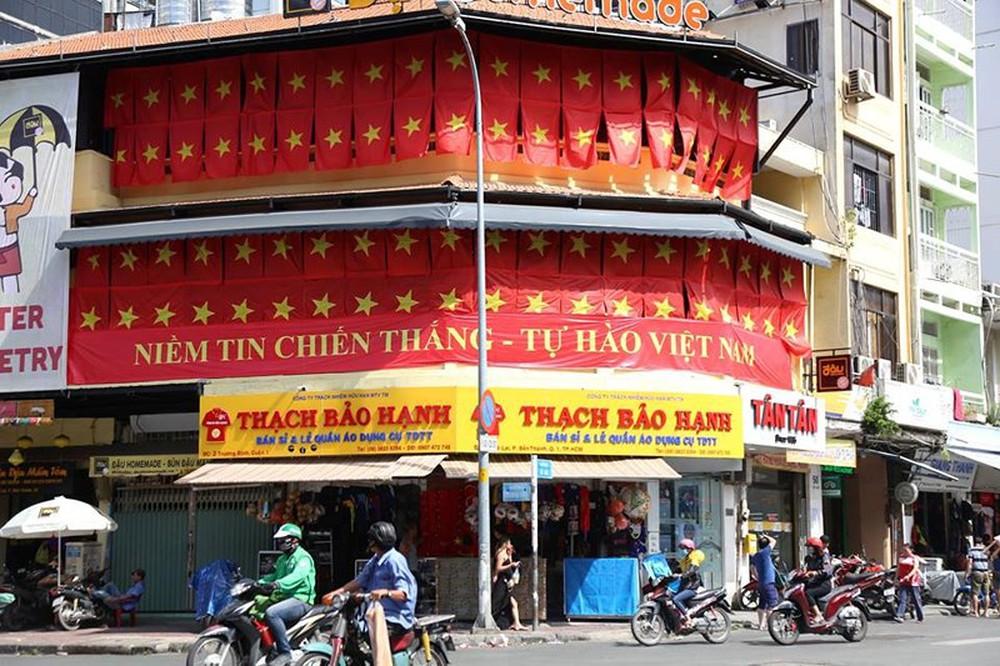 Tôn Ngộ Không đại náo phố đi bộ Nguyễn Huệ trước giờ bóng lăn - Ảnh 2.