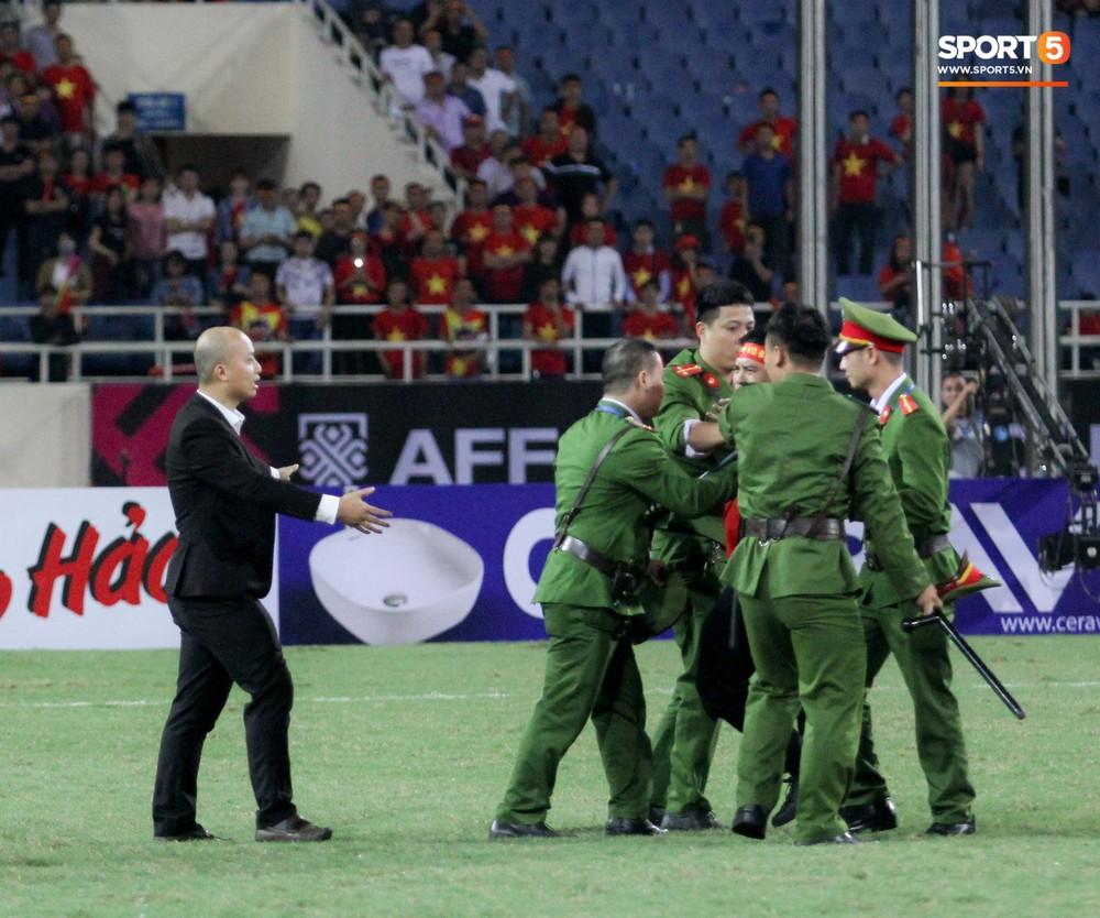 Đội trưởng tuyển Việt Nam hành động đẹp với fan quá khích khiến cả sân vỗ tay tán thưởng - Ảnh 3.
