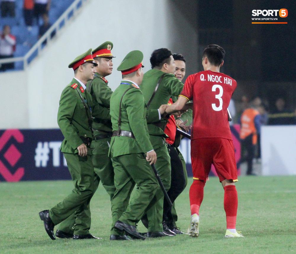 Đội trưởng tuyển Việt Nam hành động đẹp với fan quá khích khiến cả sân vỗ tay tán thưởng - Ảnh 5.
