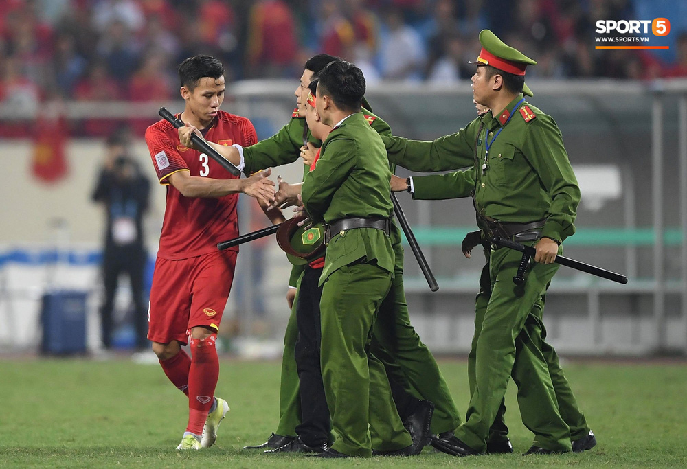 Đội trưởng tuyển Việt Nam hành động đẹp với fan quá khích khiến cả sân vỗ tay tán thưởng - Ảnh 6.