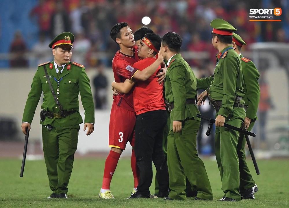 Đội trưởng tuyển Việt Nam hành động đẹp với fan quá khích khiến cả sân vỗ tay tán thưởng - Ảnh 7.