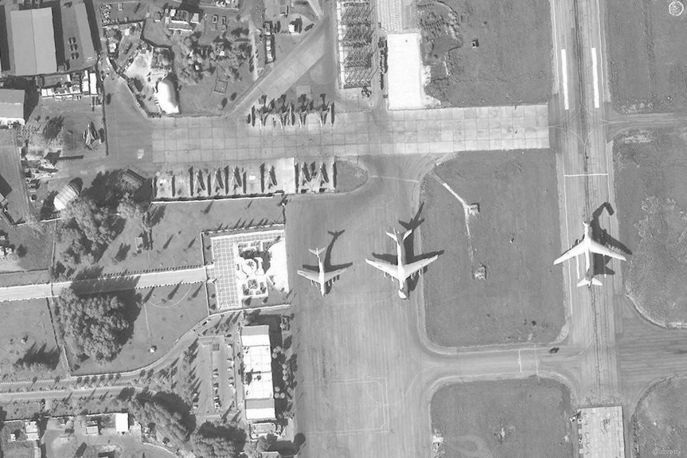 Su-35 Nga bảo vệ máy bay vận tải hạng nặng lập cầu hàng không: Vũ khí ùn ùn đổ vào Syria? - Ảnh 1.
