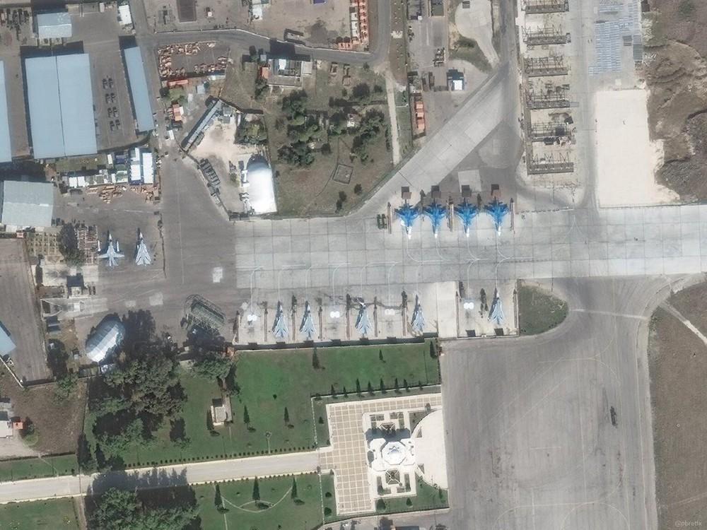 Su-35 Nga bảo vệ máy bay vận tải hạng nặng lập cầu hàng không: Vũ khí ùn ùn đổ vào Syria? - Ảnh 4.