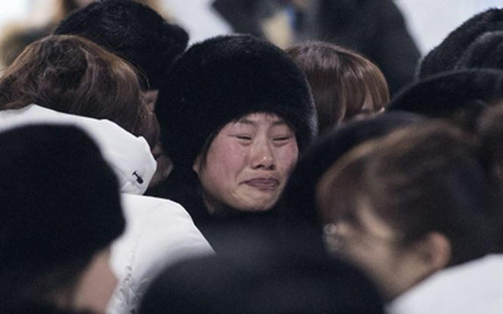 VĐV Hàn Quốc rớt nước mắt chia tay VĐV Triều Tiên lên đường về nước - Ảnh 1.