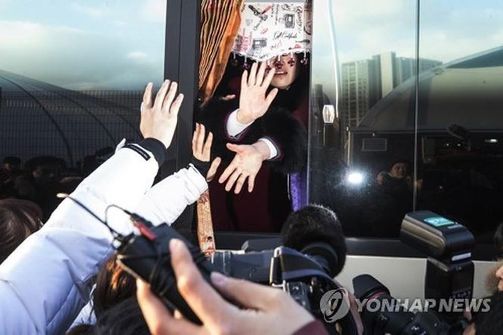 VĐV Hàn Quốc rớt nước mắt chia tay VĐV Triều Tiên lên đường về nước - Ảnh 2.