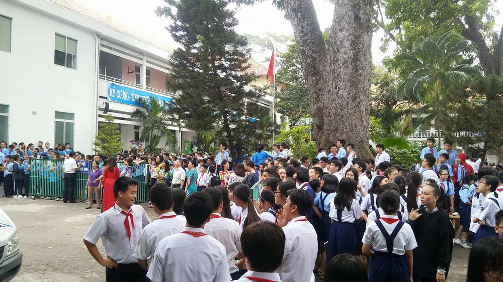 Cháy trường ở Sài Gòn, hàng trăm học sinh di tản khẩn cấp - Ảnh 1.