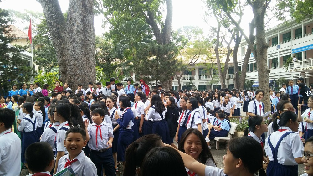 Cháy trường ở Sài Gòn, hàng trăm học sinh di tản khẩn cấp - Ảnh 2.
