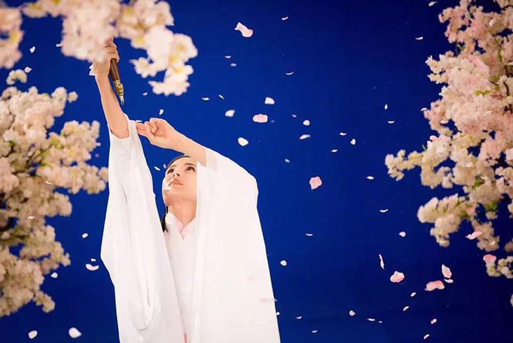 [VIDEO] Diễn lại vai Tiểu Long Nữ ở tuổi U50: Lý Nhược Đồng vẫn đẹp thoát tục  - Ảnh 3.