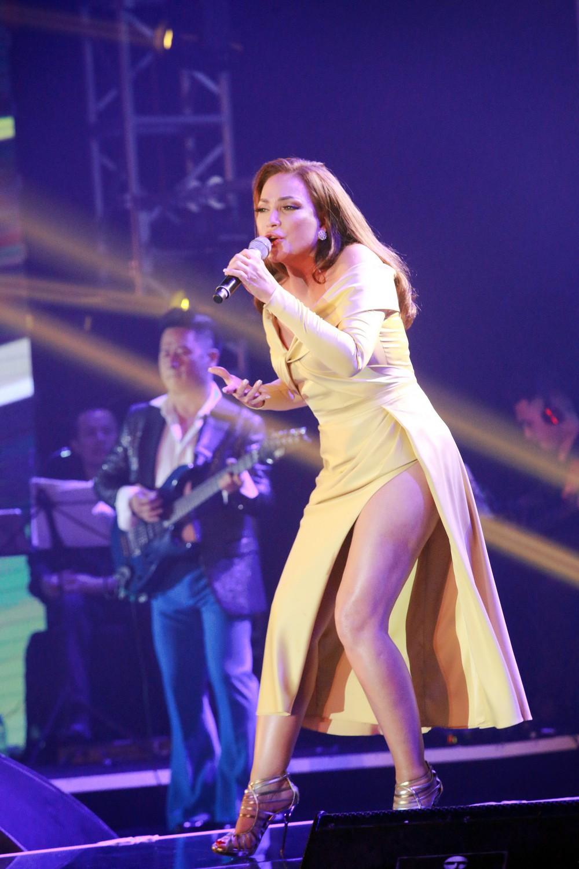 Ca sĩ Thanh Hà nóng bỏng hút mắt trên sân khấu - Ảnh 4.