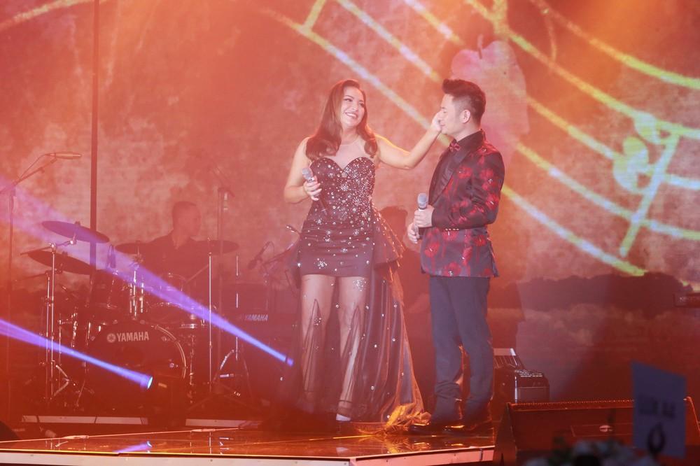 Ca sĩ Thanh Hà nóng bỏng hút mắt trên sân khấu - Ảnh 9.